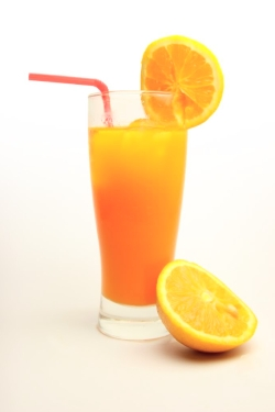 Как пить сок из апельсина