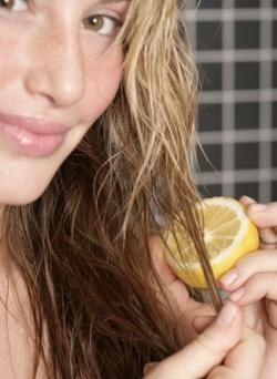 Ополоснуть волосы соком лимона